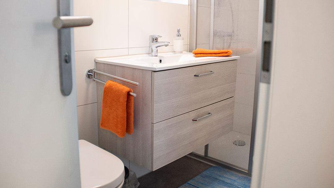 Blick durch die Türe auf den Waschtisch im Bad